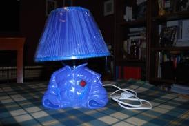 - Variante di lampada, in cui al posto della bottiglia è stato usato un salvadanaio. Realizzazione di Marco Baldi -