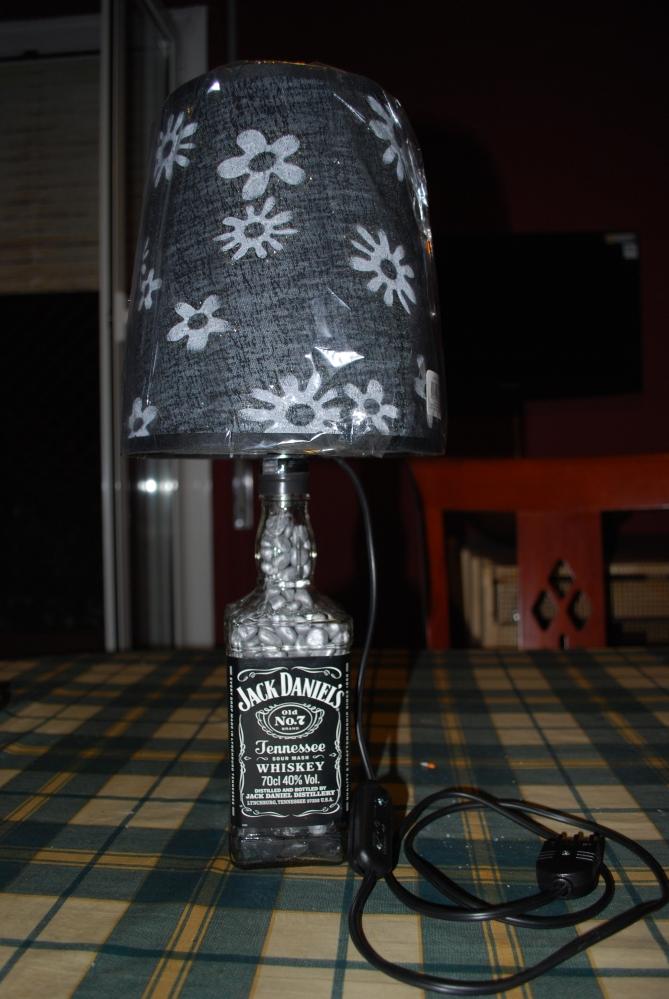 Come trasformare una bottiglia vuota in una splendida lampada per la casa (3/5)