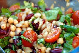 Insalata di verdure e legumi in salsa saporita