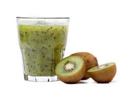 Frullato veg di kiwi e yogurt al cocco con fragole