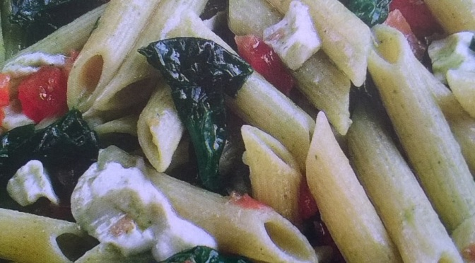 Penne con spinaci e cubetti di pomodoro