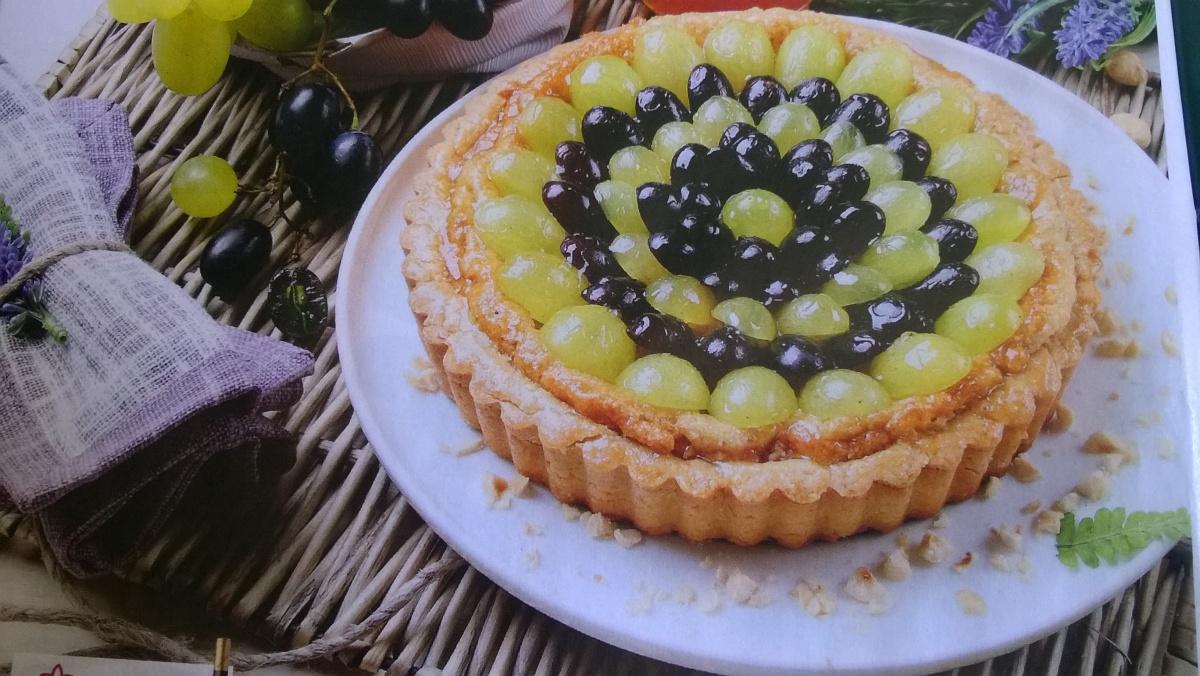 Crostata veg alle nocciole e uva