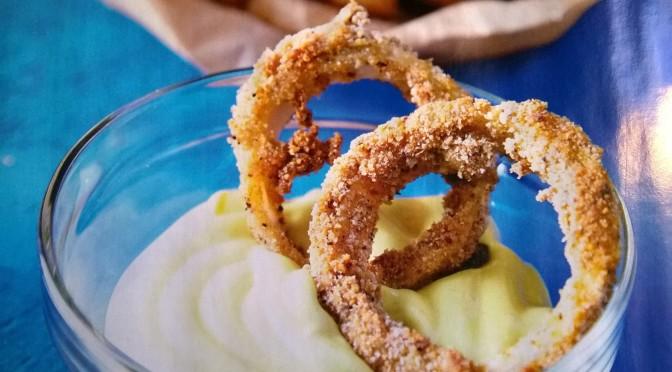 Anelli di cipolla al forno con maionese vegana
