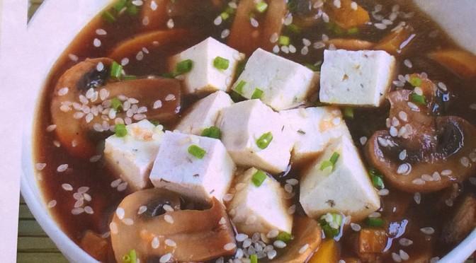 Zuppa tofu, funghi e peperoni
