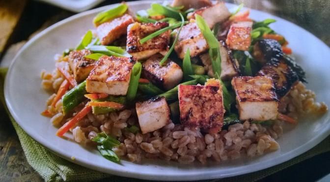 Insalata di farro con tofu marinato e verdure caramellate