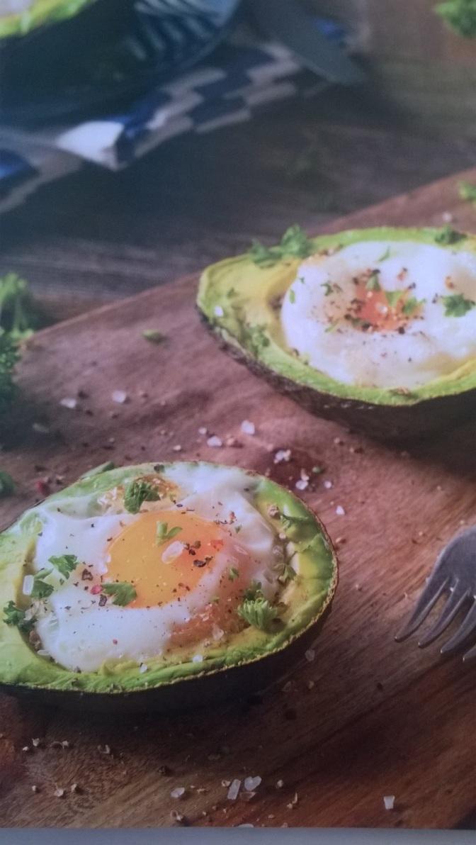 Uova al forno in guscio d'avocado