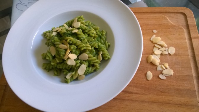 Fusilli integrali con pesto di spinaci e avocado