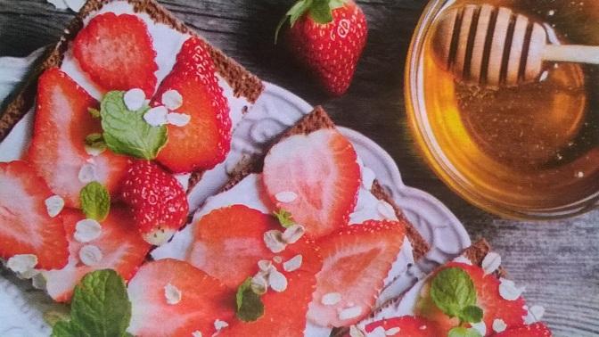 Tartine dolci con fragole e miele