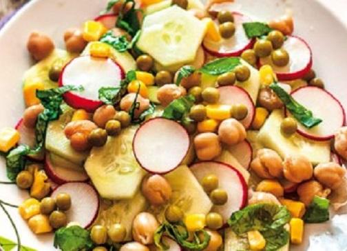 Insalata di cetrioli ravanelli e legumi