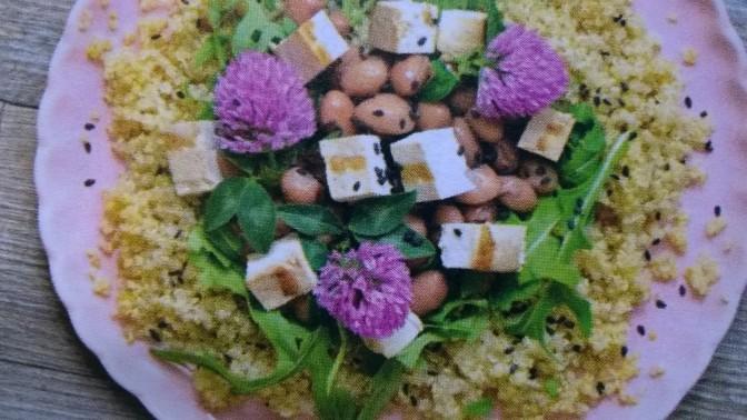 Insalata di quinoa, tofu e trifoglio rosso
