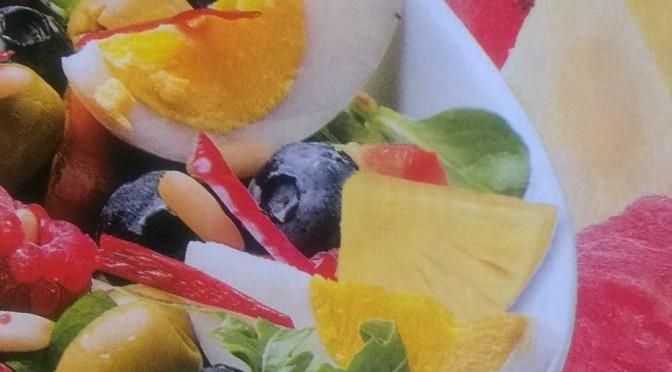 Insalata con uova e frutti misti