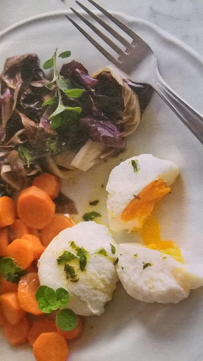 Uova in camicia con radicchio e carote al vapore