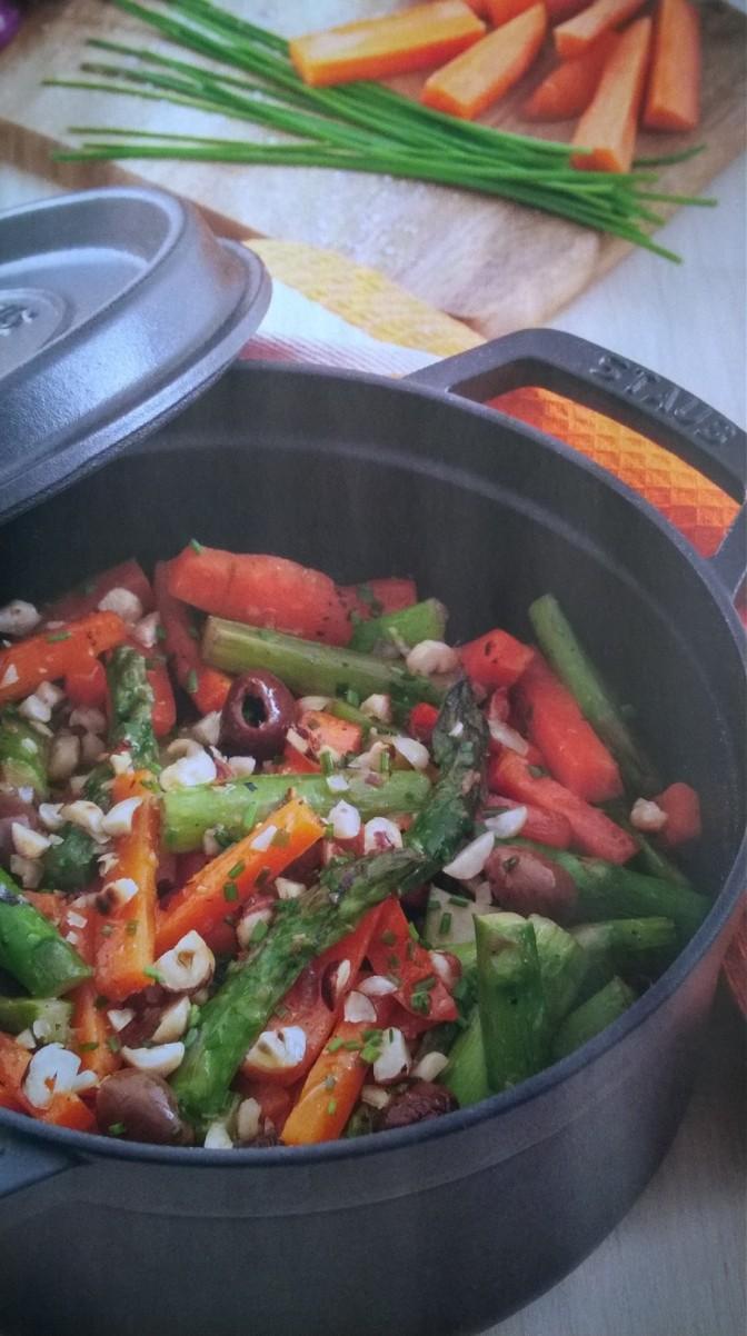 Stufato di carote e asparagi con zenzero olive e nocciole
