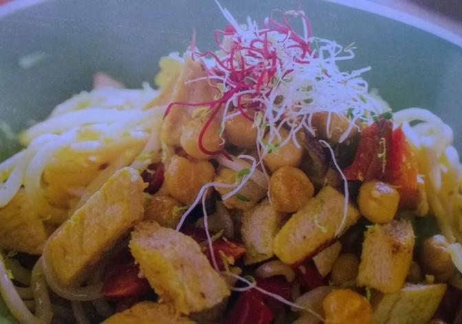 Noodles con ceci, peperoni e quorn