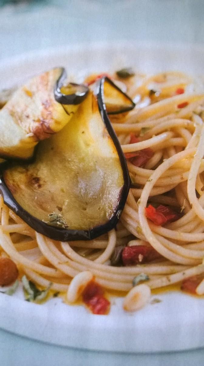 Spaghetti integrali con pomodori secchi e melanzane fritte
