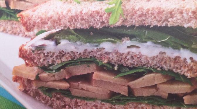 Club sandwich con seitan, rucola e friggitelli